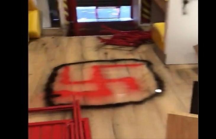 """Paris : Un restaurant casher saccagé, croix gammées, insultes antijuives et """"Free Palestine"""" sur les murs (Vidéo)"""