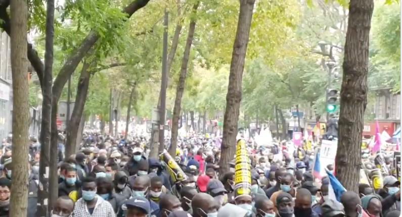 A Paris, on interdit aux Français les regroupements de plus de 6 personnes mais on laisse des milliers de migrants clandestins manifester (Vidéo)