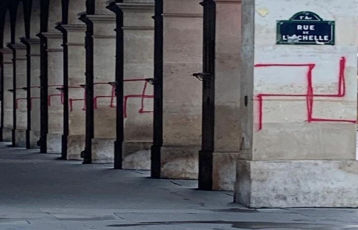 Paris : des croix gammées nazies taguées rue de Rivoli