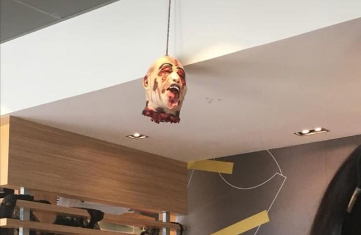 Cagnes-sur-Mer: un McDonald's décoré pour Halloween d'une tête décapitée fait polémique