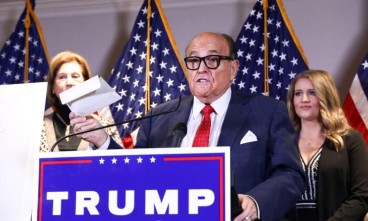 Rudy Giuliani dénonce une «conspiration nationale» dans les villes démocrates pour voler les élections «Nous avons au moins un millier de témoignages. Nous en recevons tous les jours plus»