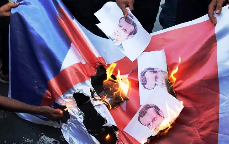 drapeau français et macron brulés