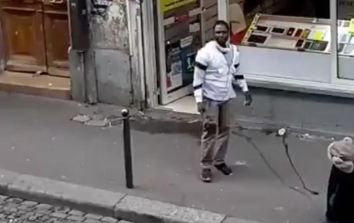 """""""Fils de pute les blancs ! Fils de pute la France !"""" : un migrant hurle sa haine de la France en plein Paris (Vidéo)"""