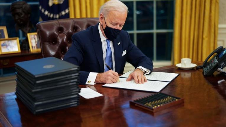 Joe Biden déclarait en octobre 2020 «Vous ne pouvez pas légiférer par décrets exécutifs sauf si vous êtes un dictateur»… il vient de signer 40 décrets exécutives en moins d'une semaine (Vidéo)