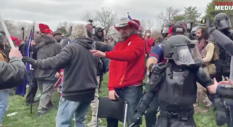 des patriotes protègent la police