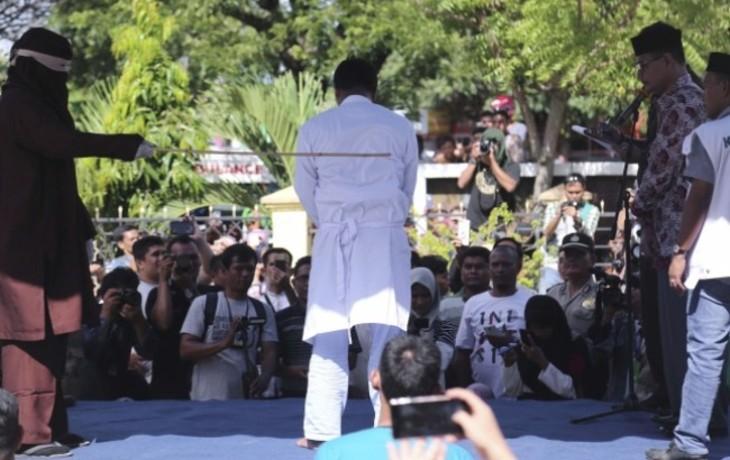 Jugés selon la charia islamique, deux homosexuels ont reçu 80 coups de canne en public en Indonésie (Vidéo)