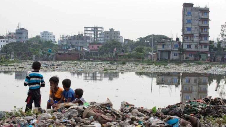 Nouveaux délires de la justice de gauche: Un «réfugié climatique» bangladais obtient l'asile en France en raison de la «pollution» dans son pays d'origine