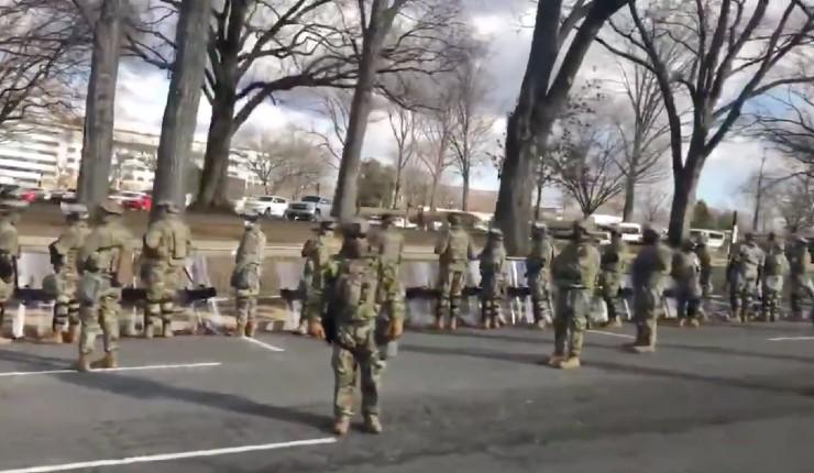 Enorme: une partie des soldats américains tournent le dos à Biden lors de son passage en direction du Capitole (Vidéo)