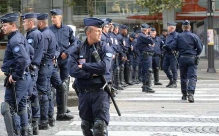 Antisémitisme dans la police: un policier découvre des insultes antisémites et des croix gammées sur son casier
