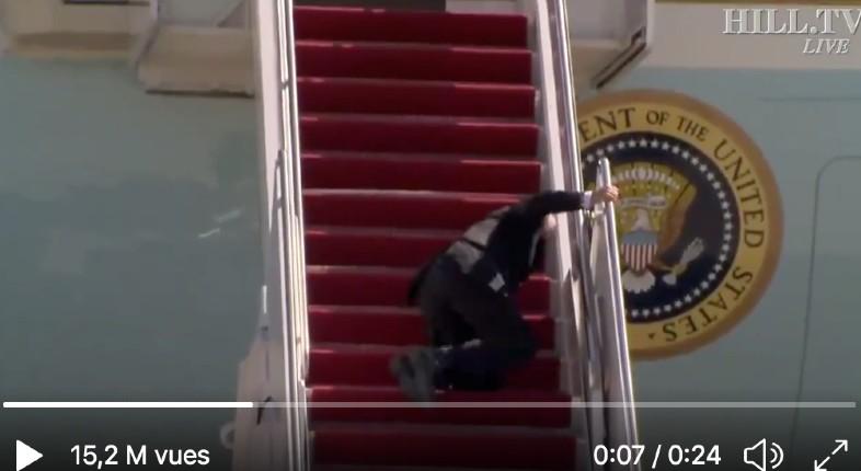 États-Unis : le sénile Biden chute 3 fois de suite en montant les escaliers d'Air Force One… En 2020, il se moquait de Trump, qui prenait son temps en montant (Vidéo)