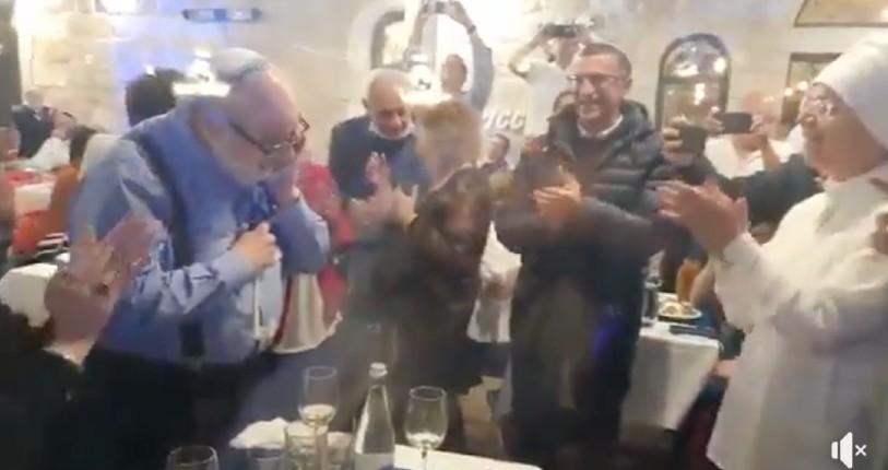 Jérusalem: Jonathan Pollard, héros d'Israël, dinait dans un restaurant pour fêter Yom Haatzmaut, quand les israéliens l'ont reconnu ils se sont tous mis à chanter pour l'honorer (Vidéo)