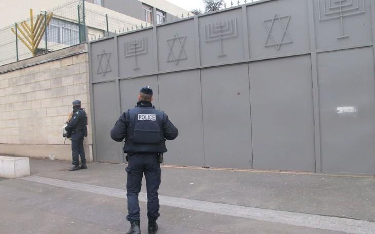 Un pakistanais muni d'un couteau de 30cm à lame dentée a agressé trois jeunes juifs à Sarcelles. Mis en examen, il est aussitôt remis en liberté…