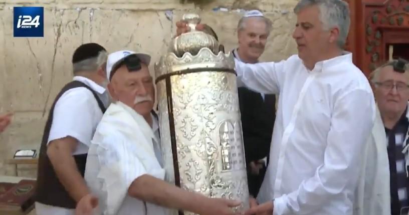 Israël: un survivant de la Shoah fête sa bar mitzva à 91 ans (Vidéo)