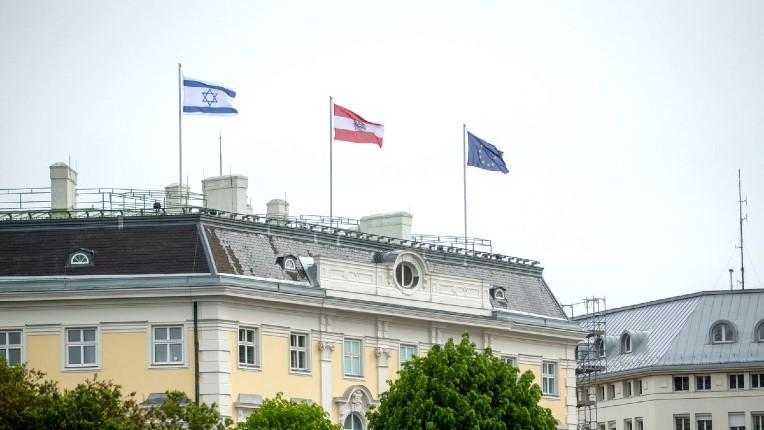 Autriche: le chancelier Kurz hisse le drapeau israélien sur le toit de la chancellerie pour exprimer sa solidarité envers Israël