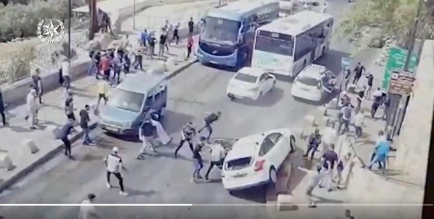 Désinformation sur Jérusalem: des dizaines d'Arabes attaquent à coups de pierre un véhicule israélien. La propagande médiatique prétend qu'un israélien a volontairement foncé sur un Palestinien. France Infos invente «des centaines de blessés» (Vidéo)