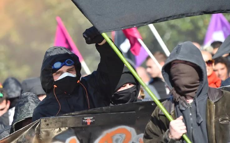 Quand France Culture, radio gauchiste, raconte «l'engagement héroïque des BlackBlocs». Ils ne brûlent pas, ne saccagent pas, ni n'agressent pas les forces de l'ordres, «ils éveillent les consciences»