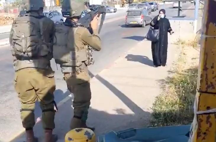 Judée Samarie: une Palestinienne menace des soldats israéliens avec un couteau au carrefour de Gush Etzion. Elle est neutralisée (Vidéo)