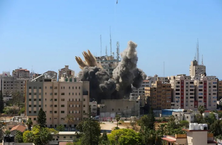 Ce que les médias français ne disent pas: l'immeuble d'Al-Jazeera et de l'AP, détruit par Israël, cachait les services de renseignements du Hamas. Aucun blessé tout le monde a été prévenu par téléphone une heure avant la frappe (Vidéo)