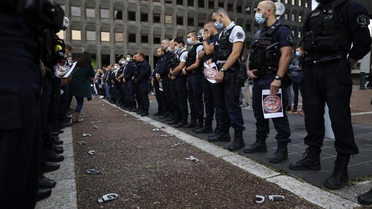 """Le syndicat France Police adresse une lettre à Macron : """"il faut procéder au bouclage des 600 territoires perdus de la République, y compris avec le renfort de l'Armée"""""""