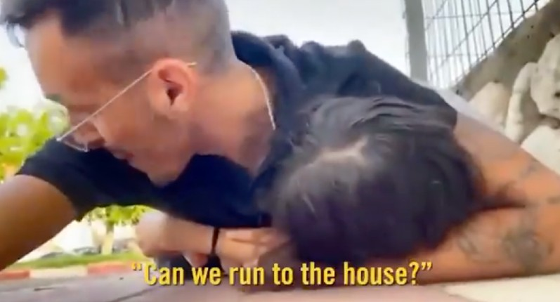 Israël: Alerte sur Sderot, 15 secondes pour trouver un abri. Piégé dans la rue, un père se couche sur sa fille pour la protéger des roquettes (Vidéo)