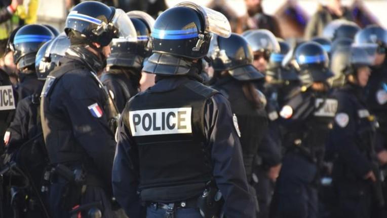 Calais : nuit d'affrontements entre 300 migrants armés de barre de fer et police, 31 CRS blessés. Les conserves alimentaires fournies par les associations utilisées comme projectiles