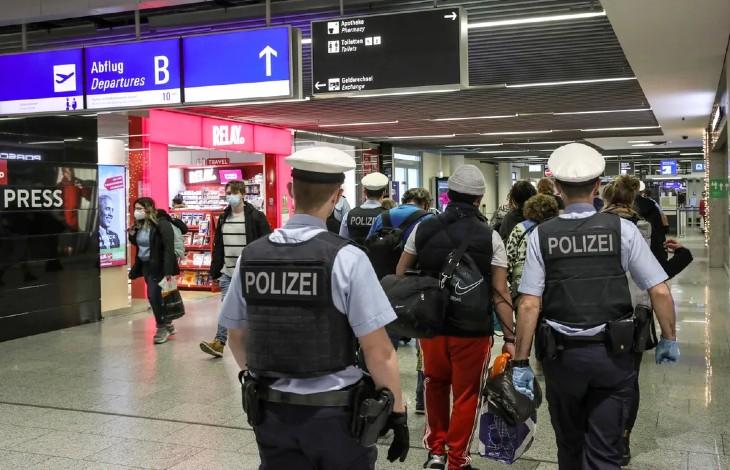 Antisémitisme en Allemagne: l'arche d'alliance de la synagogue de l'aéroport international de Francfort vandalisée