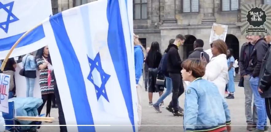 Une mère musulmane à Amsterdam oblige son enfant à cracher sur le drapeau israélien. Déferlements de haine antisémite importée par les islamistes dans toute l'Europe (Vidéo)