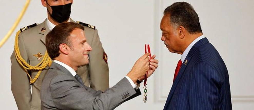 Scandaleux : Macron décore le pasteur antisémite et raciste anti-blanc Jesse Jackson, « vous êtes notre frère »