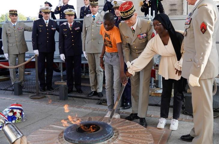 """""""C'est une humiliation de plus qu'on n'oubliera pas"""", """"indécent"""" : une jeune fille voilée choisie pour raviver la flamme du Soldat inconnu suscite un tollé"""