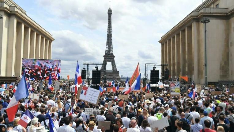 La radio de propagande gauchiste France Info ne peut s'empêcher de mentir : selon elle, il n'y avait que 1 500 manifestants au Trocadéro… plus d'un million dans toute la France selon les organisateurs