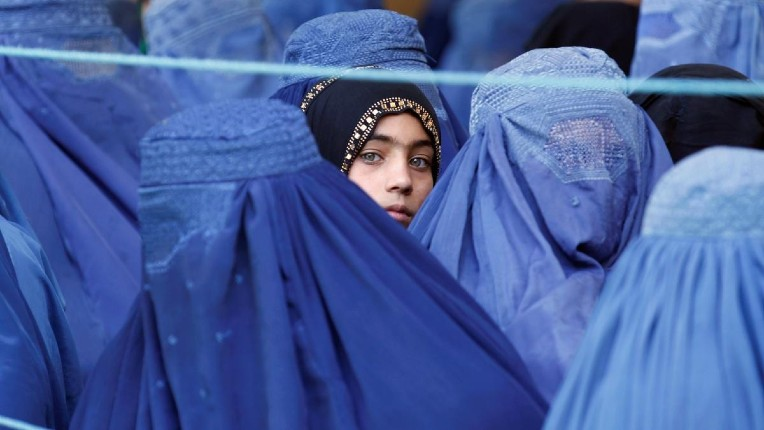 Une Afghane, qui a eu les yeux arrachés par les talibans, affirme qu'ils donnent les cadavres à manger aux animaux