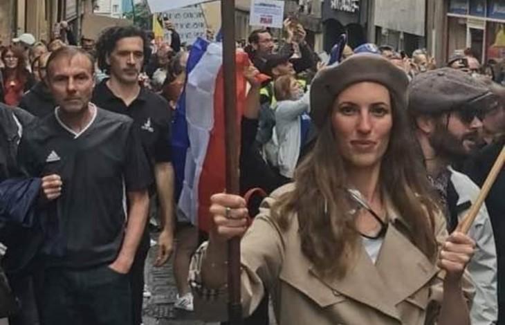 Manif anti-pass sanitaire à Metz : la femme qui brandissait la pancarte antisémite interpellée