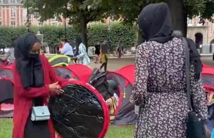 """Paris : le """"Collectif réquisitions"""" réclame de l'alimentaire """"hallal"""" pour nourrir les 400 migrants qui occupent la Place des Vosges"""
