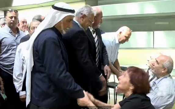 Arab Israelis Defy Knesset Reps, Pay Condolence Call to Family of Late Elder Statesman Shimon Peres