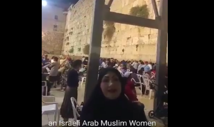 [Video] Israel : A muslim lady stands with Israel at the Western Wall