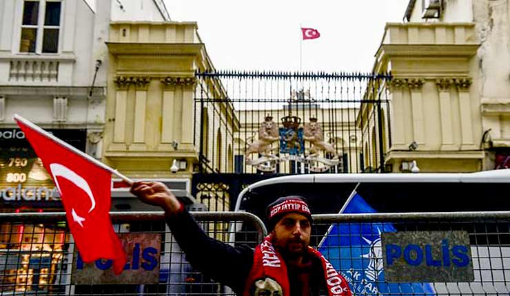 Protestors take down Dutch flag at Istanbul consulate